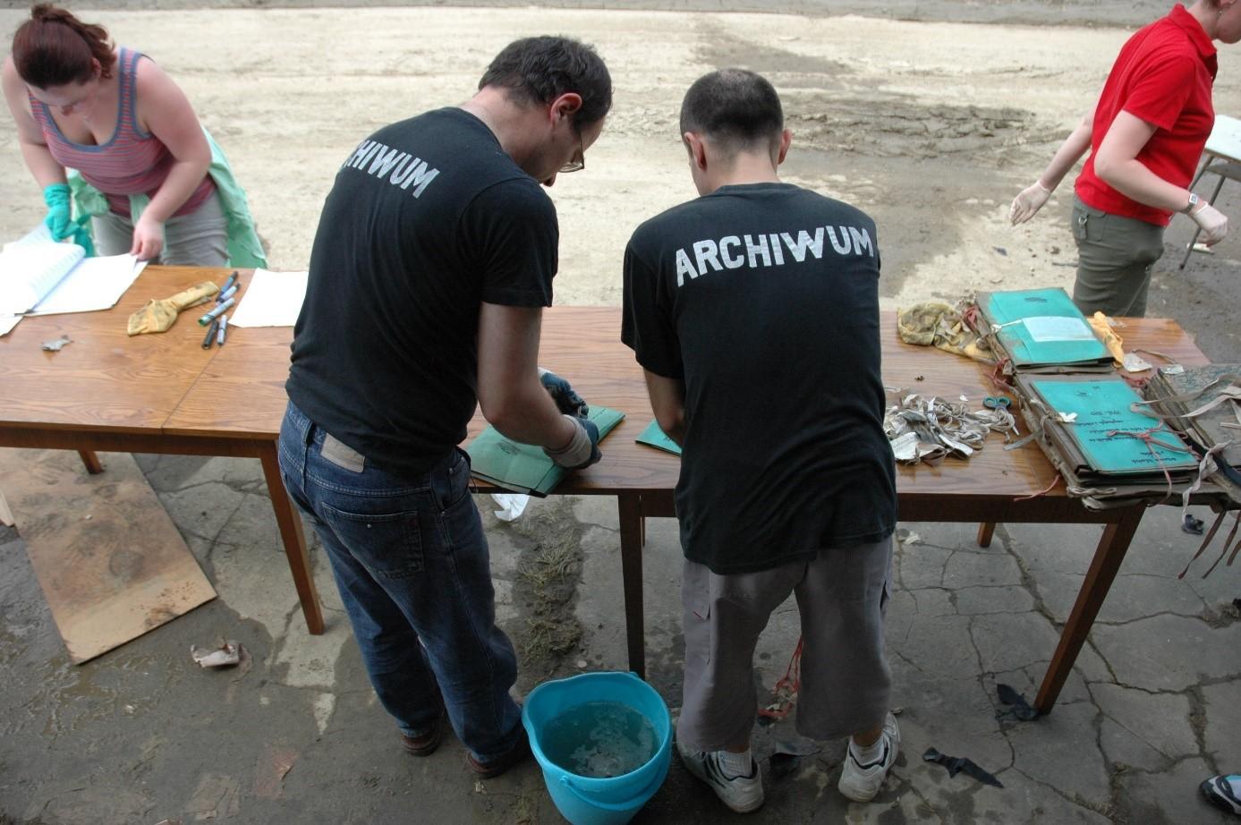 Czyszczenie zabrudzonych materiałów archowalnych