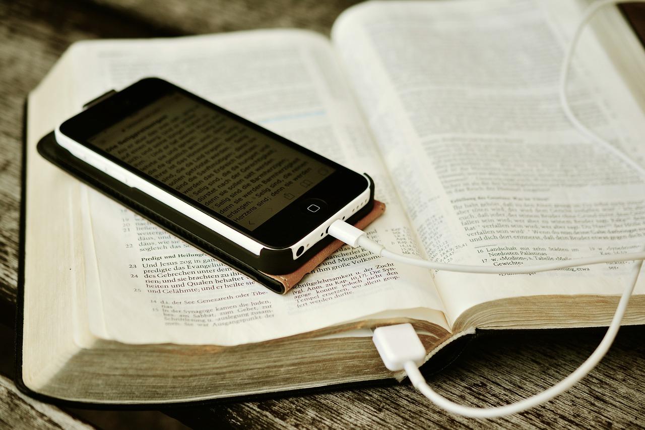 Bible Iphone Mobile Phone Read  - congerdesign / Pixabay