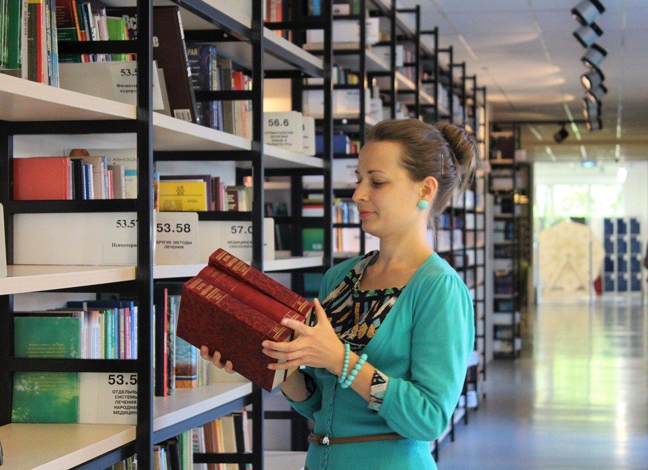 Girl Books Shelves Library Reading  - klimkin / Pixabay