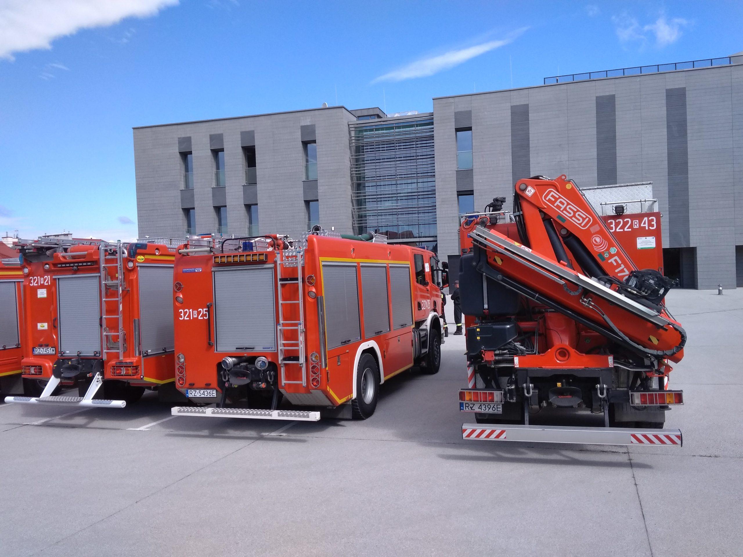 ćwiczenia przeciwpożarowe - trzy wozy strażackie