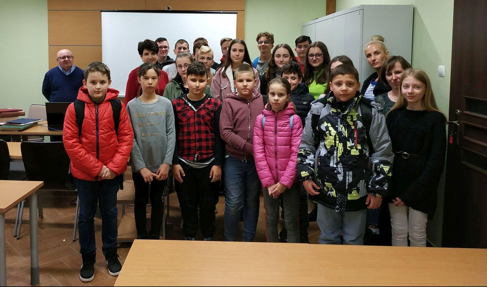 Grupa szieci w wieku szkolnym