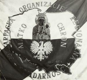 Zdjęcie Sztandaru Podkarpackiej Organizacji Regionalnej Solidarność , na którym widnieje napis Matko Chroń z 1980 r.