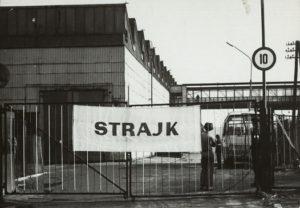 Zdjęcie napisu Strajk znajdującego się na bramie Sanockiej Fabryki Autobusów w Sanoku z 1980 r.