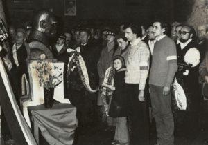 Zdjęcie z Mszy Św. odprawionej w kościele Przemieniania Pańskiego w Sanoku, na którym widoczne jest popiersie Józefa Piłsudskiego oraz w oddali zdjęcie Papieża Jana Pawła