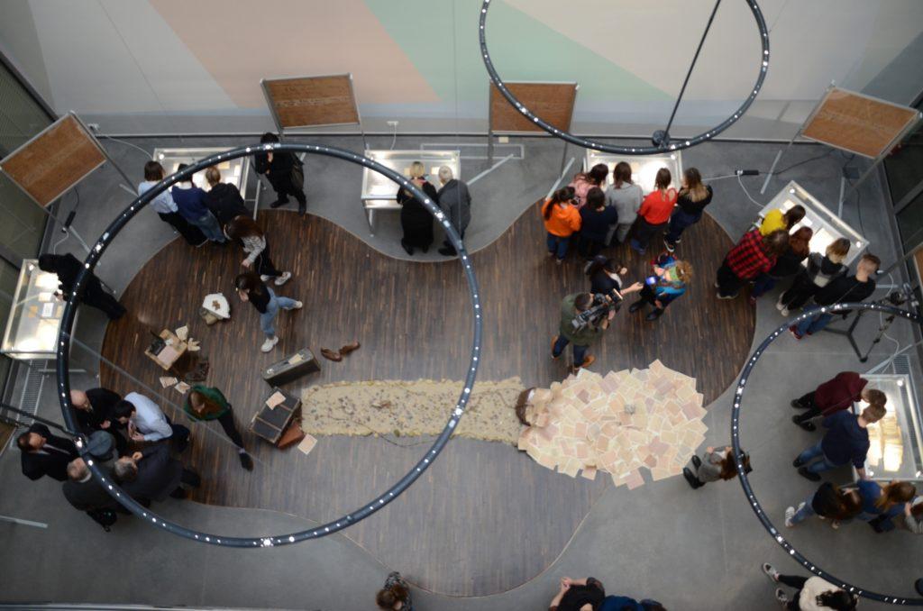 Zwiedzanie wystawy przez gości 1