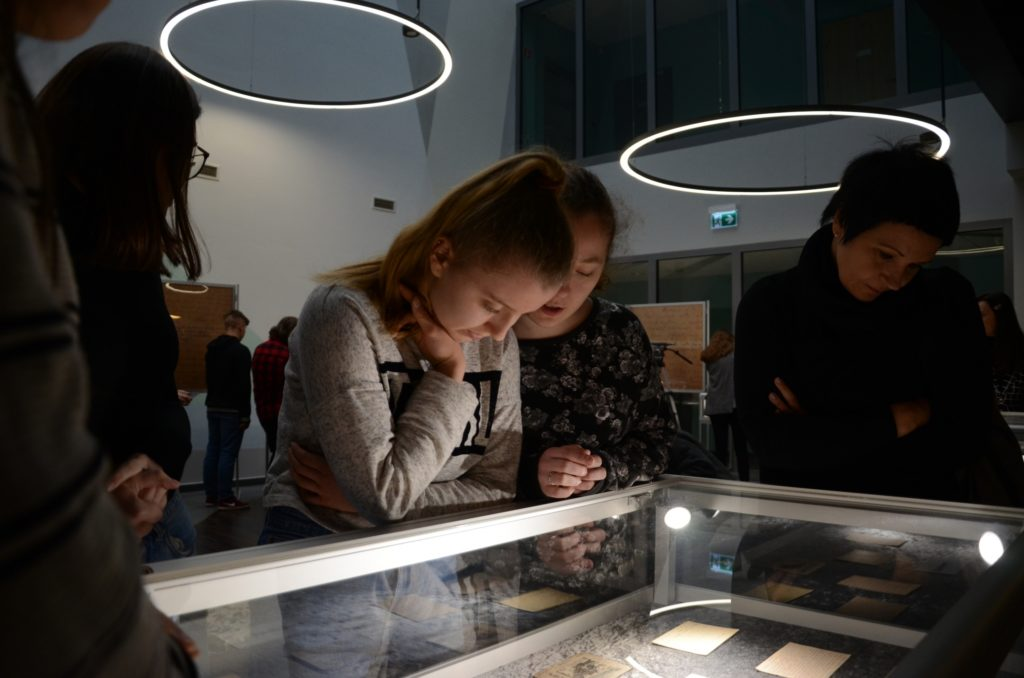 Zwiedzanie wystawy przez gości 2
