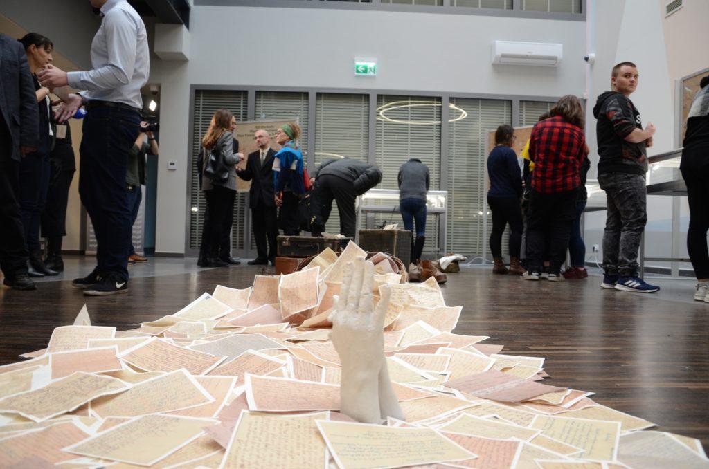 Zwiedzanie wystawy przez gości 4