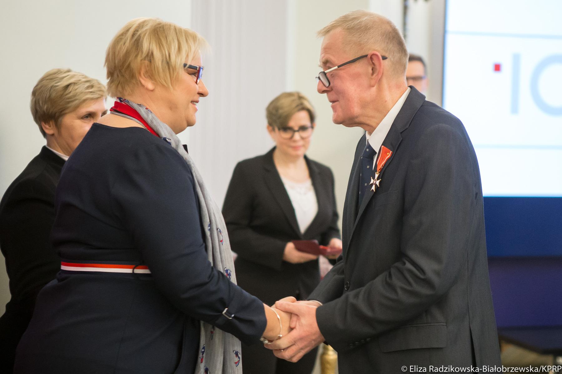 dr hab. Jan Basta odznaczony Krzyżem Kawalerskim Orderu Odrodzenia Polski za wybitne zasługi dla ochrony i konserwacji zasobów archiwalnych