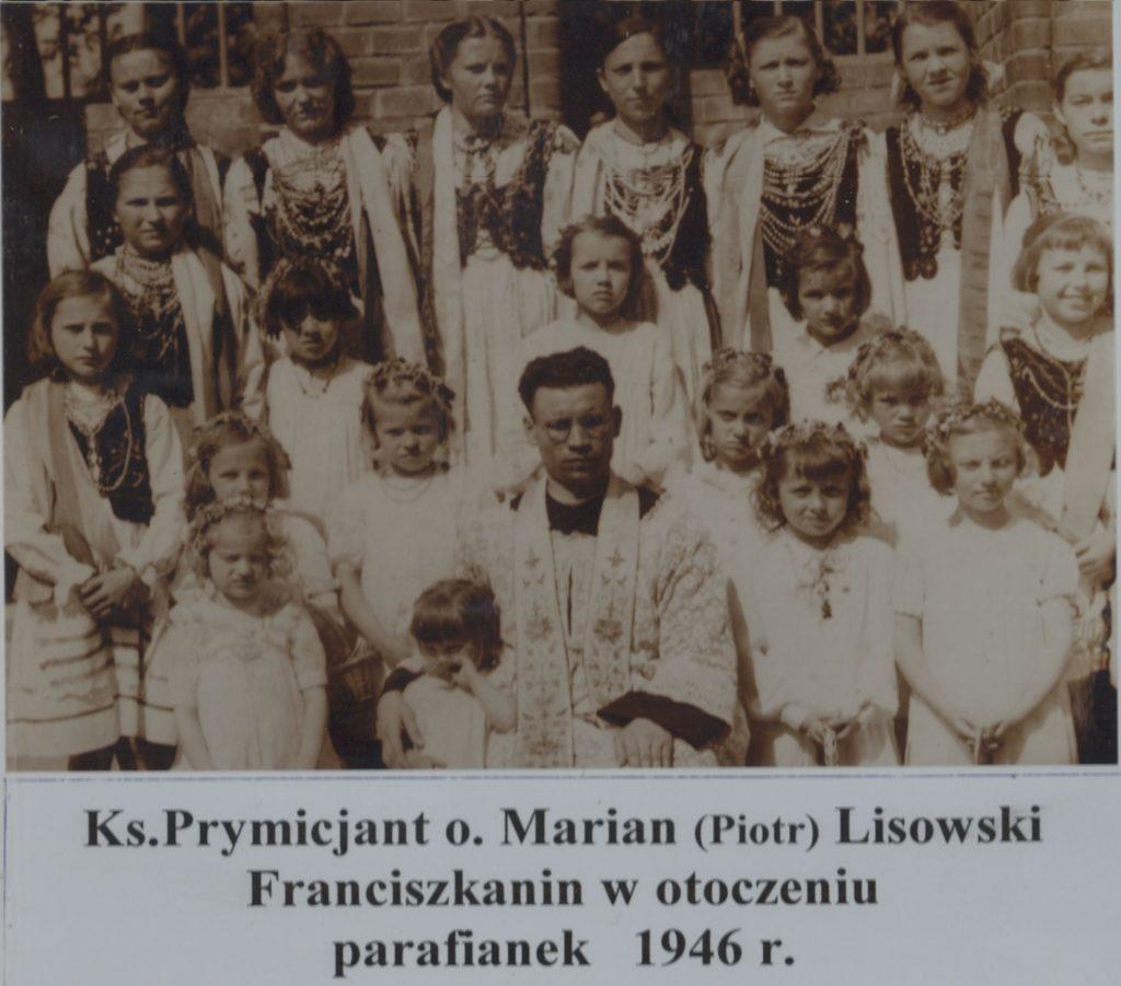 ks-marian-lisowski-w-otoczeniu-parafianek-1946-r