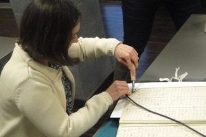 Uczestniczka warsztatów przygotowana do użycia kautera (3)brak