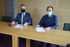 Porozumienie o współpracy podpisują Burmistrz Głogowa Małopolskiego Paweł Baj oraz dyrektor Archiwum Państwowego w Rzeszowie Paweł Dudekbrak