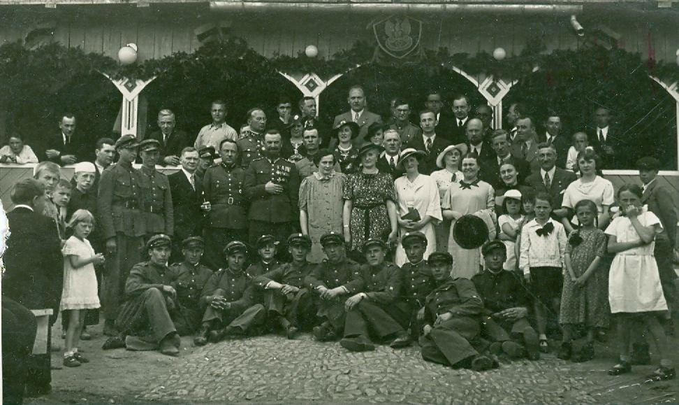Fotografia uroczystości w fabryce ok 1937 r., na zdjęciu grupa osób w tym m.in. płk Zygmunt Cšadek (1895–1979) dowódca 2 pułku Strzelców Podhalańskich w Sanoku